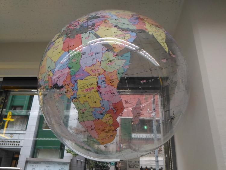 ビーチボールの地球儀