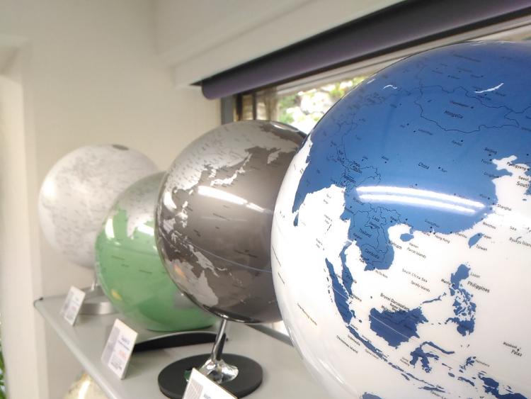色が変わると地球儀のイメージが変わる