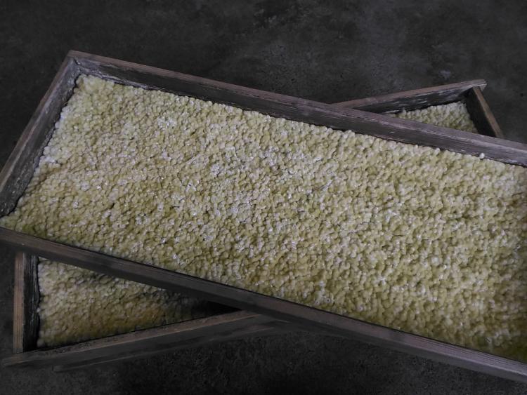 伝統的な麹蓋製法